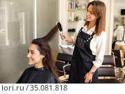 Hairdresser works with comb, hairdressing salon. Стоковое фото, фотограф Tryapitsyn Sergiy / Фотобанк Лори