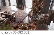 Mom and son collect a puzzle. Стоковое видео, видеограф Потийко Сергей / Фотобанк Лори