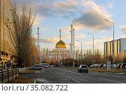 Golden domes of Nur-Astana Mosque at sunset. Нур-Султан, Казахстан. Редакционное фото, фотограф Валерия Попова / Фотобанк Лори