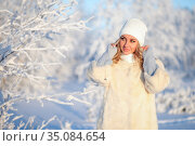 Young woman in a warm knitted hat and a snood in the winter forest. Стоковое фото, фотограф Art Konovalov / Фотобанк Лори