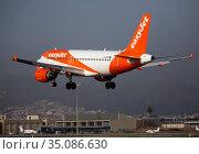 Airline EasyJet plane comes in for a landing in an aeroport El Prat city of Barcelona. Board number G-EZTK (2020 год). Редакционное фото, фотограф Яков Филимонов / Фотобанк Лори