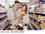 Couple shopping crackers and snacks. Стоковое фото, фотограф Яков Филимонов / Фотобанк Лори