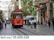 Heritage tram on the Istiklal Avenue, on the Taksim-Tunel Nostalgia Tramway. Beyoglu district, city of Istanbul, Turkey. (2020 год). Редакционное фото, фотограф Bala-Kate / Фотобанк Лори
