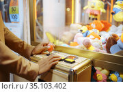 Love couple playing game machine, amusement park. Стоковое фото, фотограф Tryapitsyn Sergiy / Фотобанк Лори