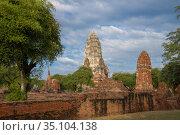 Вид на руины древнего буддистского храма Wat Ratchaburana. Аюттхая, Таиланд (2017 год). Стоковое фото, фотограф Виктор Карасев / Фотобанк Лори