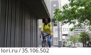 African american woman riding bicycle in street. Стоковое видео, агентство Wavebreak Media / Фотобанк Лори