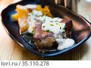 Veal sirloin with baked potatoes and mushrooms sauce. Стоковое фото, фотограф Яков Филимонов / Фотобанк Лори