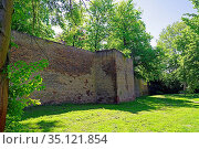 Altstadt, Stadtmauer, Löwenturm, Stadtgraben, historisch. Стоковое фото, фотограф Bernd J. W. Fiedler / age Fotostock / Фотобанк Лори