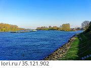 Uferpromenade, Fluß, Rhein, Binnenschiff. Стоковое фото, фотограф Bernd J. W. Fiedler / age Fotostock / Фотобанк Лори