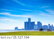 Detroit downtown view and lovely couple on bench (2018 год). Стоковое фото, фотограф Сергей Новиков / Фотобанк Лори