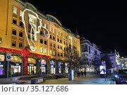 Москва новогодняя. Улица Петровка, дом 5, светящаяся пантера на фасаде бутика Cartier. Редакционное фото, фотограф Dmitry29 / Фотобанк Лори