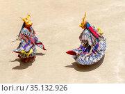 Два монаха в масках оленя исполняют ритуальный танец на религиозном фестивале танца Чам тантрического тибетского буддизма ваджраяны в монастыре Ламаюру. Monk in a deer (stag) deity mask performs a religious masked and costumed mystery dance of Tantric Tibetan Buddhism on the Cham Dance Festival in Lamayuru monastery (2012 год). Стоковое фото, фотограф Олег Иванов / Фотобанк Лори