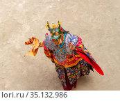 Монах в маске быка с ритуальным кинжалом (пхурпа) исполняет ритуальный танец на религиозном фестивале танца Чам тантрического тибетского буддизма ваджраяны в монастыре Ламаюру. Monk in a bull deity mask with ritual dagger (phurpa) performs a religious masked and costumed mystery dance of Tantric Tibetan Buddhism on the Cham Dance Festival in Lamayuru monastery (2012 год). Стоковое фото, фотограф Олег Иванов / Фотобанк Лори