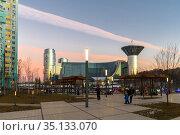 Krasnogorsk, Russia - 06 Dec 2020. Main square on Zhivopisnaya embankment overlooking on House of Moscow Oblast Governmen. Редакционное фото, фотограф Володина Ольга / Фотобанк Лори