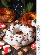 Sweet Bread Wreath decorated with stars cookies. Honey brioche garland with chocolate and nuts. Holiday recipes. Braided Bread. Cinnamon Twist Bread Wreath. Christmas Wreath Bread. Стоковое фото, фотограф Nataliia Zhekova / Фотобанк Лори