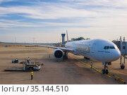 Самолет Boeing 777-300(А4О-BT) авиакомпании Эмирейтс в  аэропорту Bandaranaike ранним утром. Коломбо, Шри-Ланка (2020 год). Редакционное фото, фотограф Виктор Карасев / Фотобанк Лори