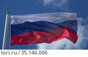 Российский флаг на сильном ветру солнечным днем. Стоковое видео, видеограф Виктор Карасев / Фотобанк Лори