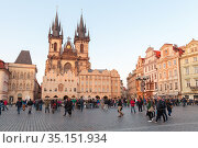 People walk the Old Town Square in Prague (2017 год). Редакционное фото, фотограф EugeneSergeev / Фотобанк Лори