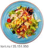 Salad with lettuce, tomato, corn and olives. Стоковое фото, фотограф Яков Филимонов / Фотобанк Лори