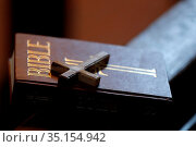 Bible and cross in olive wood. Sallanches. France. Стоковое фото, фотограф Pascal Deloche / Godong / age Fotostock / Фотобанк Лори
