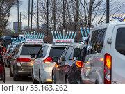 Southfield, Michigan - Cars line up for a Car Top Menorah Parade ... Редакционное фото, фотограф Jim West / age Fotostock / Фотобанк Лори