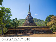 Старинная буддистская ступа на руинах храма Wat  Chedi Ngarm  солнечным днем. Сукхотай, Таиланд (2016 год). Стоковое фото, фотограф Виктор Карасев / Фотобанк Лори