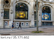 Joggers on the Champs Elysees in Paris, France during the May 2020... Стоковое фото, фотограф Philippe Lissac / Godong / age Fotostock / Фотобанк Лори