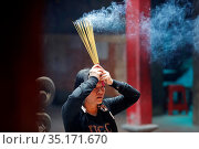 Taoist temple. Emperor Jade pagoda (Chua Phuoc Hai). Taoist worshipper... Стоковое фото, фотограф Fred de Noyelle / Godong / age Fotostock / Фотобанк Лори