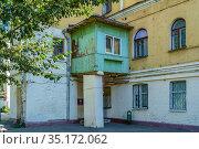 Москва, улица Бауманская, дом 46, пристройка к стене дома (2020 год). Редакционное фото, фотограф glokaya_kuzdra / Фотобанк Лори