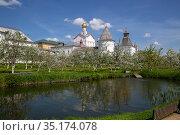 Spring Metropolitan Garden in Rostov Kremlin (2019 год). Редакционное фото, фотограф Юлия Бабкина / Фотобанк Лори