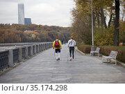 Скандинавская ходьба на набережной и панорамный вид на парк и высотку на Мосфильмовской. Стоковое фото, фотограф Victoria Demidova / Фотобанк Лори
