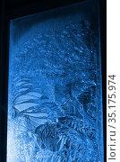 Окно с морозными узорами. Стоковое фото, фотограф Наталья Горкина / Фотобанк Лори