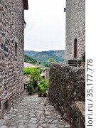 Узкая улочка в старинной  деревне d'Antraïgues-sur-Volane, Ardèche, région Auvergne-Rhône-Alpes. France. (2020 год). Стоковое фото, фотограф Вера Смолянинова / Фотобанк Лори