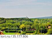 Вид на равнину Вальреас (Valréas) и окружающие горы из средневекового замка Гриньян Франция  (Grignan; département Drôme; région Auvergne-Rhône-Alpes. France) Стоковое фото, фотограф Вера Смолянинова / Фотобанк Лори