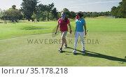 Two caucasian women playing golf wearing face masks walking together. Стоковое видео, агентство Wavebreak Media / Фотобанк Лори