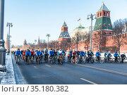Winter bike ride in Moscow on the Kremlin embankment, Russia (2016 год). Редакционное фото, фотограф Наталья Волкова / Фотобанк Лори