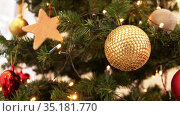 golden christmas ball decoration on fir tree. Стоковое видео, видеограф Syda Productions / Фотобанк Лори