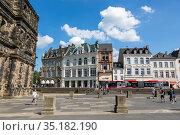 Площадь перед античными воротами Порта-Нигра (Черные ворота) в центре Трира, Германия (2018 год). Редакционное фото, фотограф V.Ivantsov / Фотобанк Лори