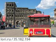 Экскурсионный автобус перед древними воротами Порта-Нигра (Черные ворота) в центре Трира, Германия (2018 год). Редакционное фото, фотограф V.Ivantsov / Фотобанк Лори