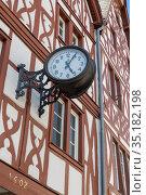 Городские часы на фахверковом фасаде дома в центре Трира в Германии (2018 год). Редакционное фото, фотограф V.Ivantsov / Фотобанк Лори