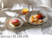 still life with mandarins and grapefruit on plate. Стоковое фото, фотограф Syda Productions / Фотобанк Лори