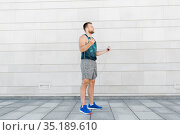 man exercising with jump-rope outdoors. Стоковое фото, фотограф Syda Productions / Фотобанк Лори