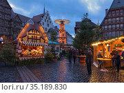 Рождественский базар в Хильдесхайме вечером, Германия (2018 год). Редакционное фото, фотограф Михаил Марковский / Фотобанк Лори