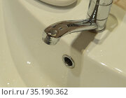 Luxury faucet mixer on a white sink in a beautiful interior bathroom. Стоковое фото, фотограф Васильева Юлия / Фотобанк Лори