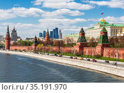Moscow city landscape with views of the Kremlin, the Kremlin embankment and the Moscow River on a sunny spring day. Russia (2015 год). Стоковое фото, фотограф Наталья Волкова / Фотобанк Лори