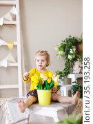 Pretty baby with spring bouquet tulip flowers. Стоковое фото, фотограф Дарья Филимонова / Фотобанк Лори