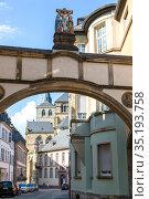 Оригинальная арка между домами на улице в центральной части Трира, Германия (2018 год). Редакционное фото, фотограф V.Ivantsov / Фотобанк Лори