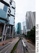 Perspective street view of Queensway, Hong Kong (2017 год). Редакционное фото, фотограф EugeneSergeev / Фотобанк Лори