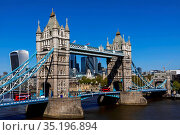 England, London, Southwark, Tower Bridge and City of London Skyline. Стоковое фото, фотограф Steve Vidler / age Fotostock / Фотобанк Лори
