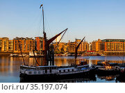 England, London, Southwark, Sailing Barge and Butlers Wharf. Стоковое фото, фотограф Steve Vidler / age Fotostock / Фотобанк Лори